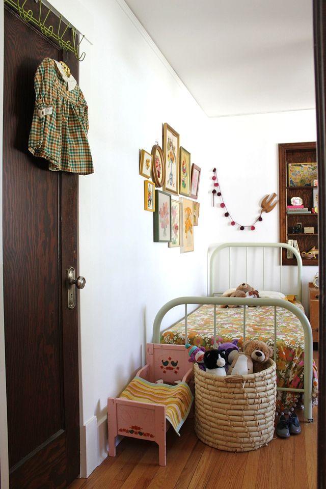 Chambre d'enfant vintage - lit metal, imprimé orange.  #vintage #kidsroom #orange