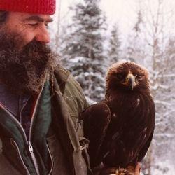 Michel autrefois tenant un aigle royal