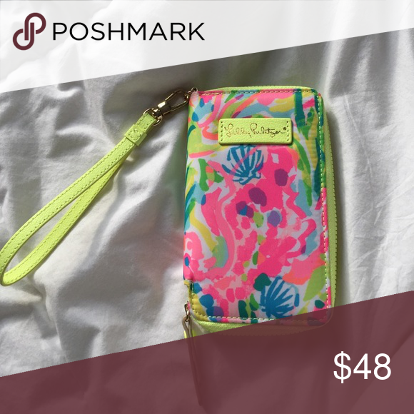Lilly Pulitzer wristlet Used once, fits IPhone 6 and the like Lilly Pulitzer Bags Wallets