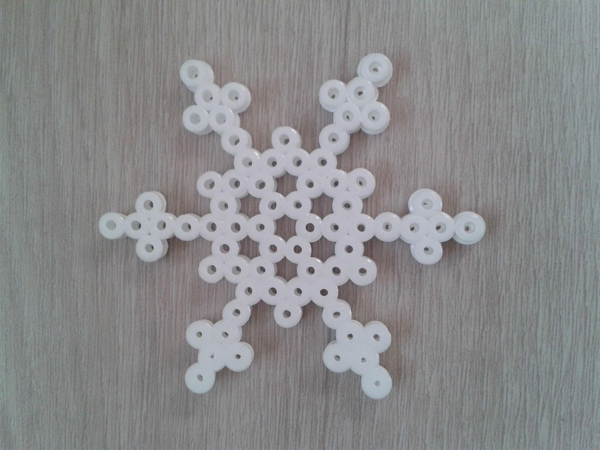D coration de no l en perle hama en forme de flocon de neige 2 flocons de neige perles hama - Perle a repasser noel ...