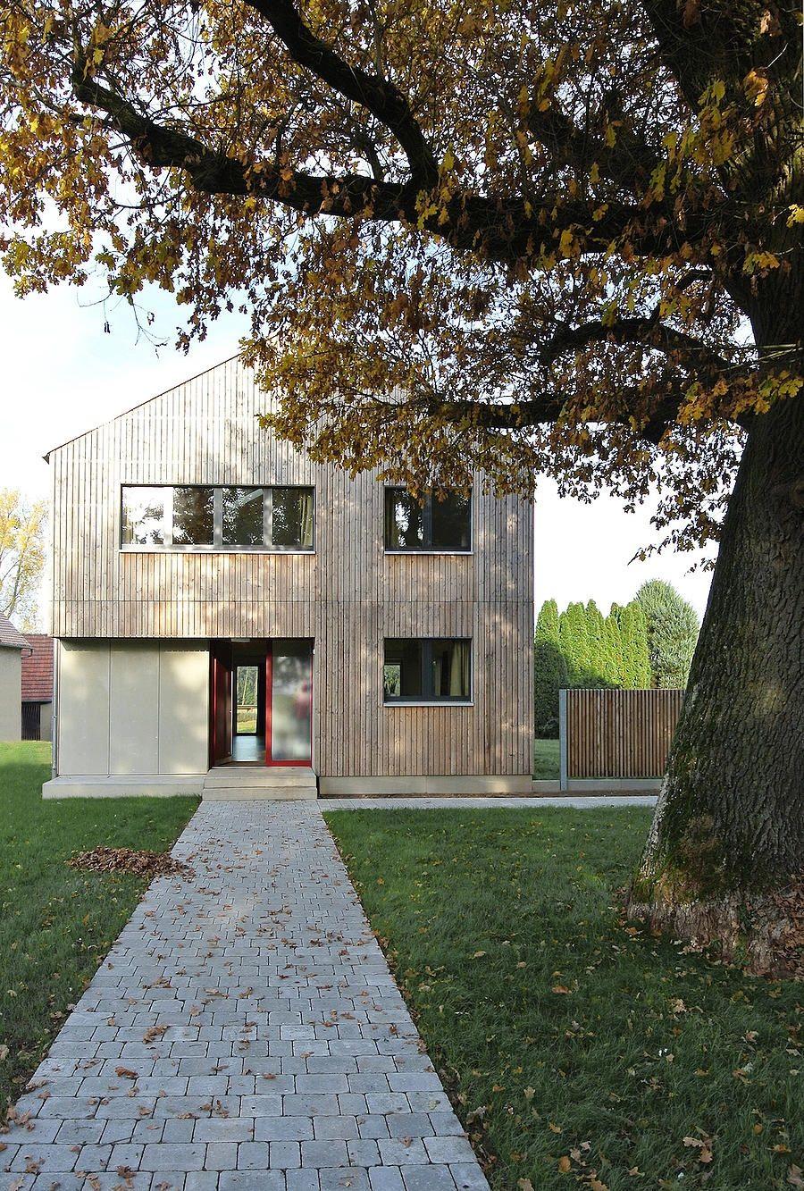 Einfamilienhaus modern Holzhaus Satteldach Holzfassade modern ...