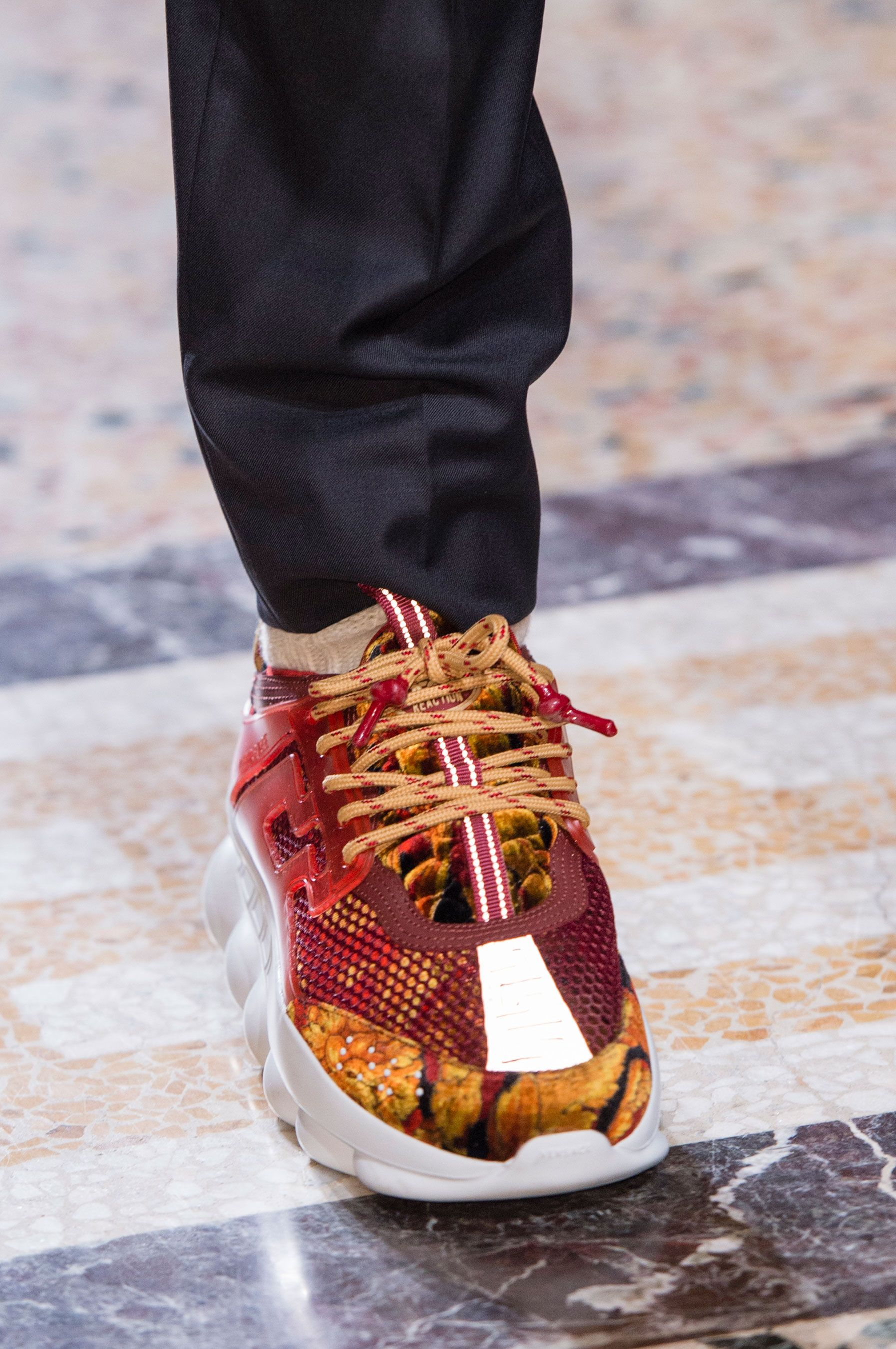 competitive price f3fa9 88b60 Versace Fall 2018 Men s Fashion Show Details - The Impression Sitios,  Zapatos, Tenis,