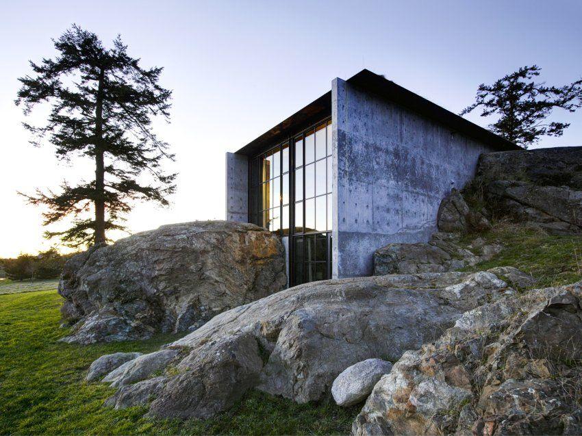 Diese Villa wurde aus einem - und auch in einen- Felsen auf einer Insel nahe...