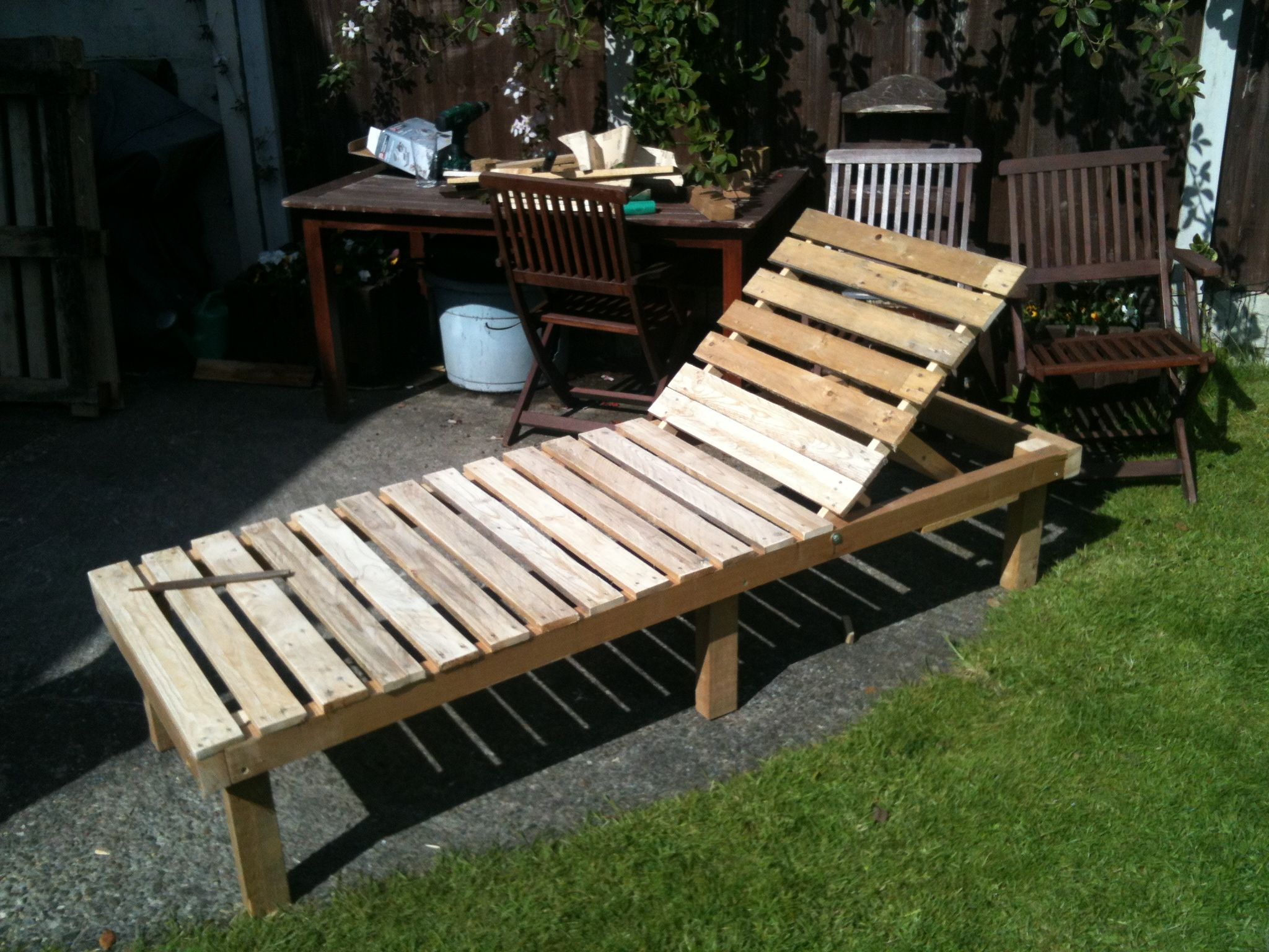 sun lounger small table from discarded pallets pallet ideas outdoor pallet small tables. Black Bedroom Furniture Sets. Home Design Ideas