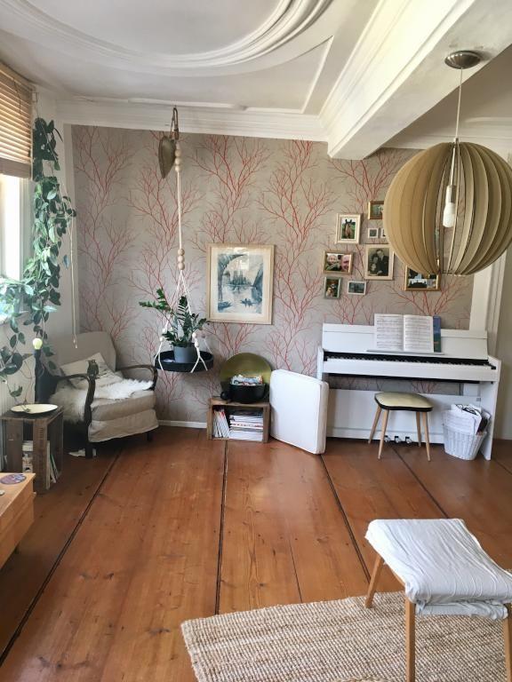 Schickes Wohnzimmer Im Altbau Flair Mit #Dielenboden Und #Stuck. Gemütlich  Wird Es Dank Der Wunderschönen #Wandgestaltung Und #Dekoration.