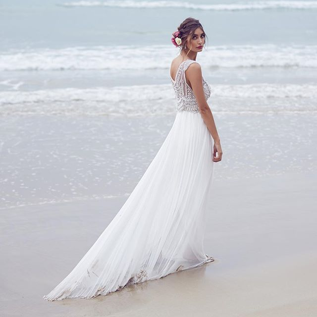 Just beatiful for the beach! image @lostinlove_photography #annacampbell #annacampbellspirit #wedding #weddingdress #calibride