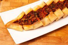 Pide mit Hackfleisch ist ein türkisches Rezept und wird aus einem lockeren Hefeteig mit einer würzigen Hackfleischfüllung zubereitet. Pide wird in Deutschland aufgrund seiner Form auch manchmal als Schiffchen bezeichnet. Es gibt sie natürlich auch mit vielen anderen Füllungen. Beispielsweise mit Pide mit Spinat oder Spinat mit Schafskäse, Sucuk pur oder Sucuk mit Käse oder...Read More »