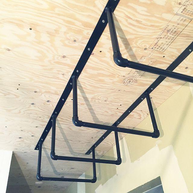 キッチン ブラック うんてい ガス管 天井 などのインテリア実例