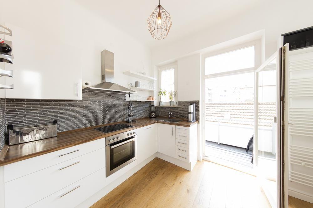 große küche in weiß mit steinoptik und balkonzugang. wohnung in ... - Küche Stuttgart