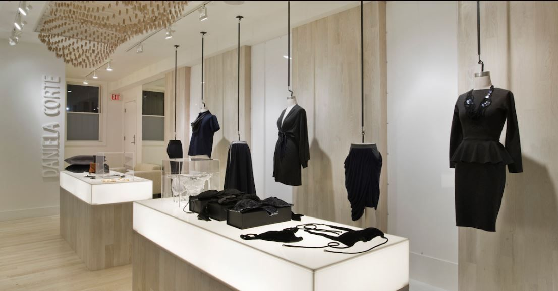 Decoraci n del interior tienda de ropa vitrinas for Disenos de tiendas de ropa modernas