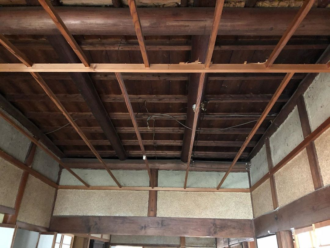 Frontdesign On Instagram 古民家改修中 天井をめくり構造確認 いちぶ 化粧の天井が出てきました 間仕切の土壁が全て梁までたっしており 丁寧な仕事具合です 民家再生 間仕切 古民家 土 壁