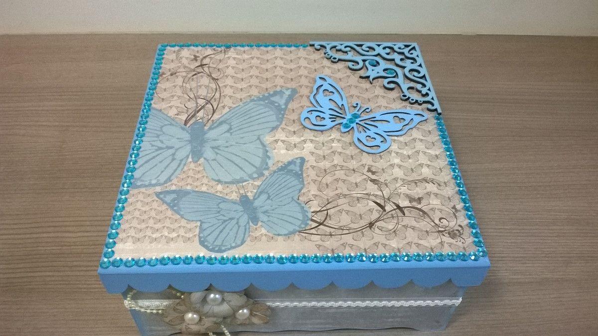 """Lindíssima caixa em MDF, decorada com papel de Scrapbook tema """"Borboletas"""" no tom azul.  Enfeitado com strass, flores de papel e apliques.  Pintado na cor azul por dentro e por fora.  Divisórias pintadas na cor azul.    Ficará belíssimo em qualquer tipo de ambiente, além de super útil para organi..."""