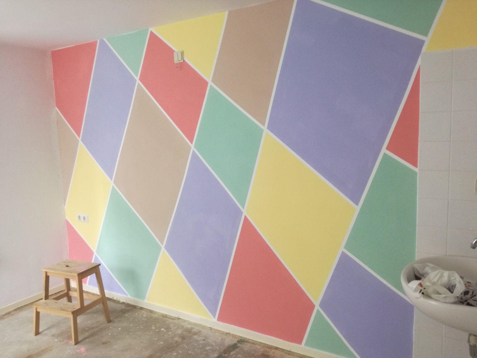 Muur met pastelkleuren voor peuter slaapkamer.