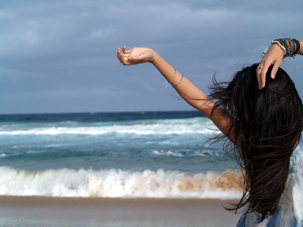 Картинка брюнетки на море со спины