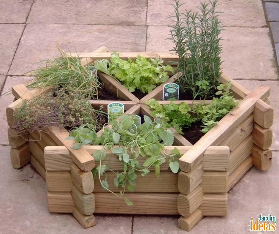 Que tal construir uma pequena horta? Para aumentar a vida útil da madeira é recomendável utilizar um verniz. Outra dica é colocar uma lona preta antes de colocar a terra!