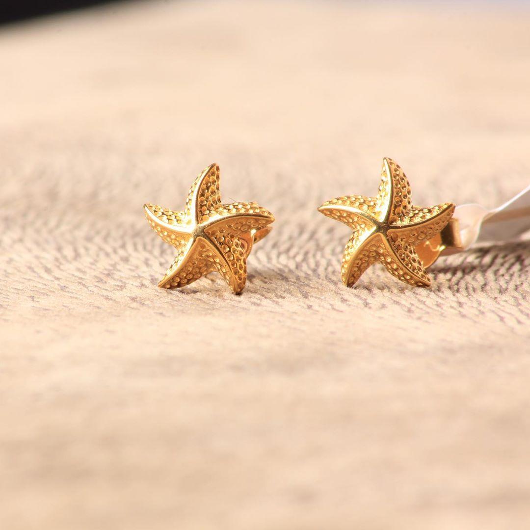 حلق ذهب عيار ٢١ متوفر بفرع بن خلدون بلازا بالدمام للطلب و التسعير او الأستفسار يرجى التواصل على الواتساب 00966539499 Stud Earrings Earrings Jewelry