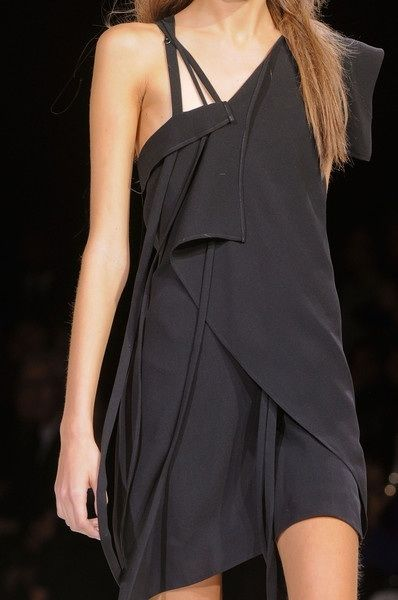 Yohji Yamamoto Spring 2013  #fashion #avantgarde #dark #trends #style #wearing #fashionweek  #runway #detail