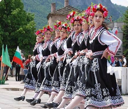 #Bulgarian #Folk Dance - horo     Идеята на хорото е да дублира космичното, т.е. да е енергетичен модел на нашата Слънчева система. То се играе в кръг в посока обратна на часовниковата стрелка, каквото е и движението на планетите. Хорото е мощен генератор на психична, физична, биологична и духовна мощ за играещите го.