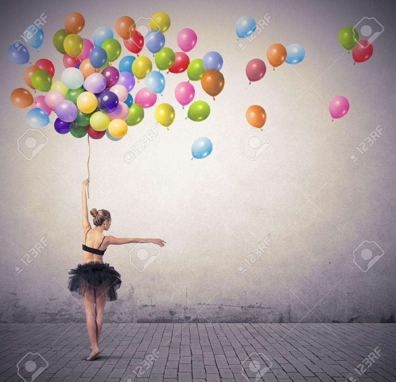 Une Belle Fille Danse Avec Le Ballon Colore Verjaardag Vrouw Fotoshoot Foto S