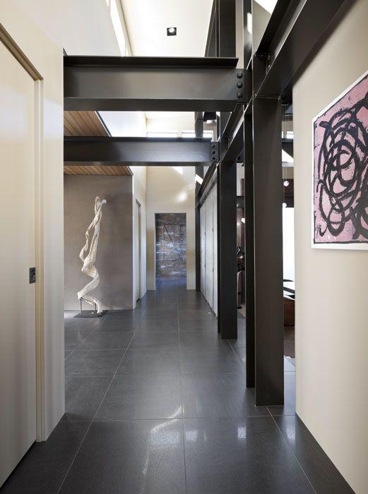 Pasillo acero acero expuesto fot grafo de arquitectura for Diseno pasillos interiores