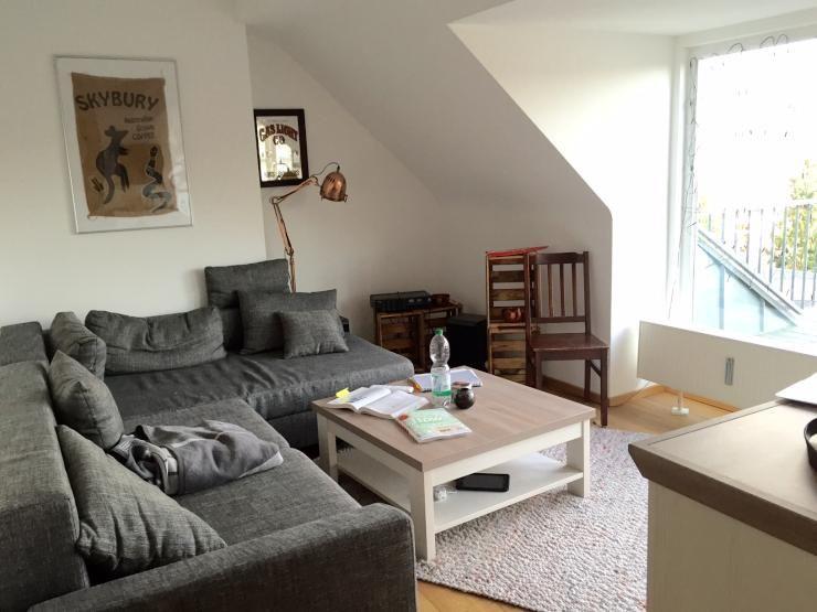 Gemütliches Wohnzimmer mit großem Fenster und grauem Ecksofa - grose fenster wohnzimmer