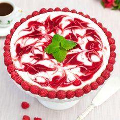 Flädercheesecake med hallonswirl kommer att imponera på dina gäster.