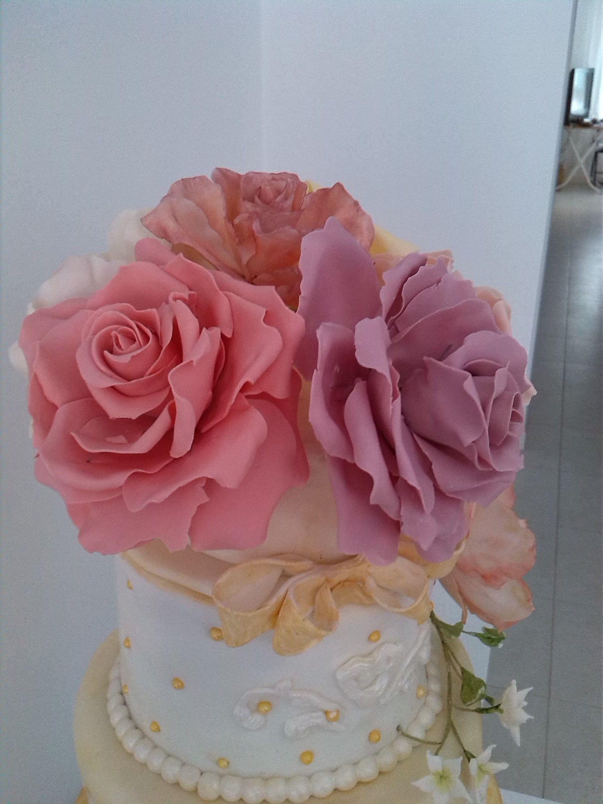 huge roses for a wedding cake( cake details)