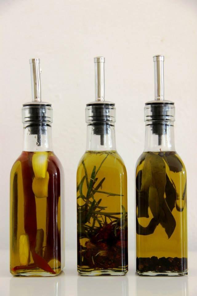 Olive oil with herbs; red pepper/garlic, rosemary, bay/peppercorns - Olijfolie met kruiden; rode peper/knoflook, rozemarijn, laurier/paperkorrels