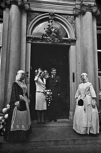 1965. Toen het verloofde paar het provinciehuis in leewarden verliet stonden aan weerszijden van de uitgang meisjes in originele friese klederdracht opgesteld. #Friesland