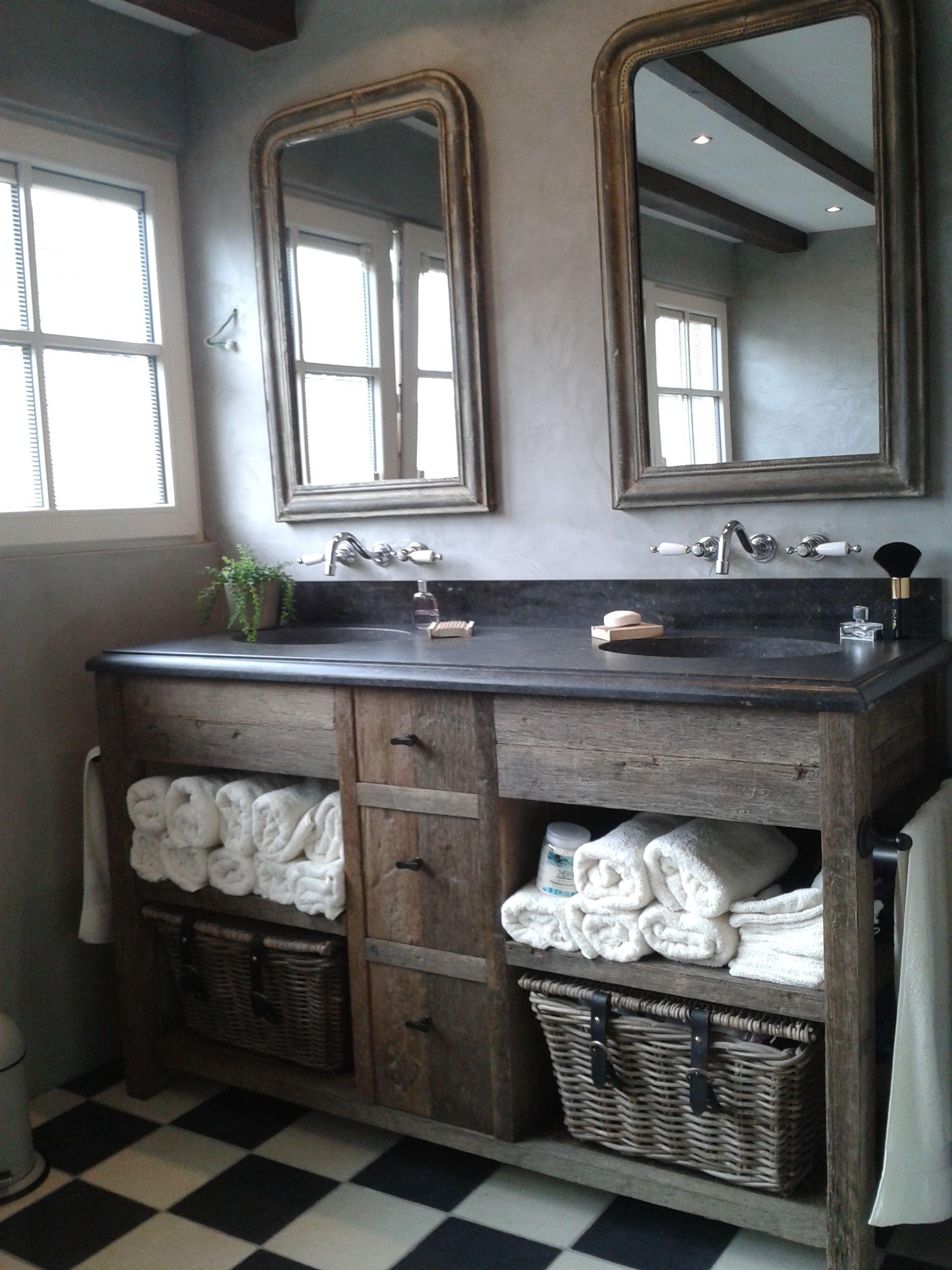 Landelijk badmeubel met belgisch hardstenen blad en achterwand op maat gemaakt van oud for Bathroom remodeling college station tx