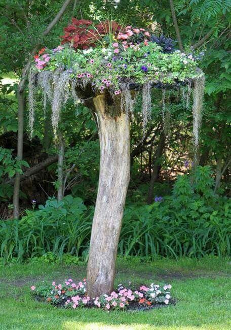 Super Alter Baumstamm Wird Zum Blumenkubel Umfunktioniert Sehr Schon Baumstamm Garten Garten Garten Gestalten