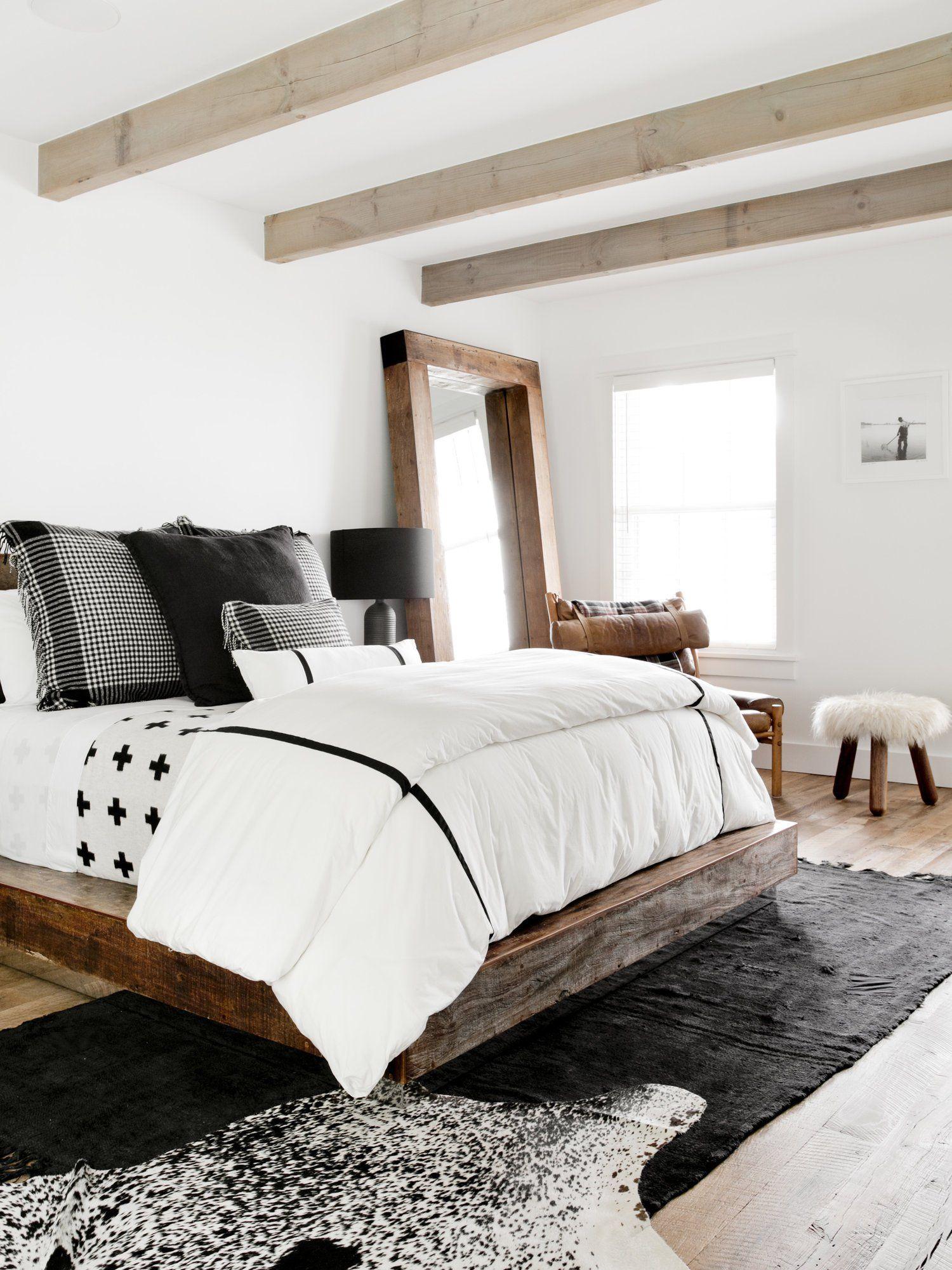 спаРьня потоРок баРки шкура кровать подушки текстиРь напоРьное зеркаРо