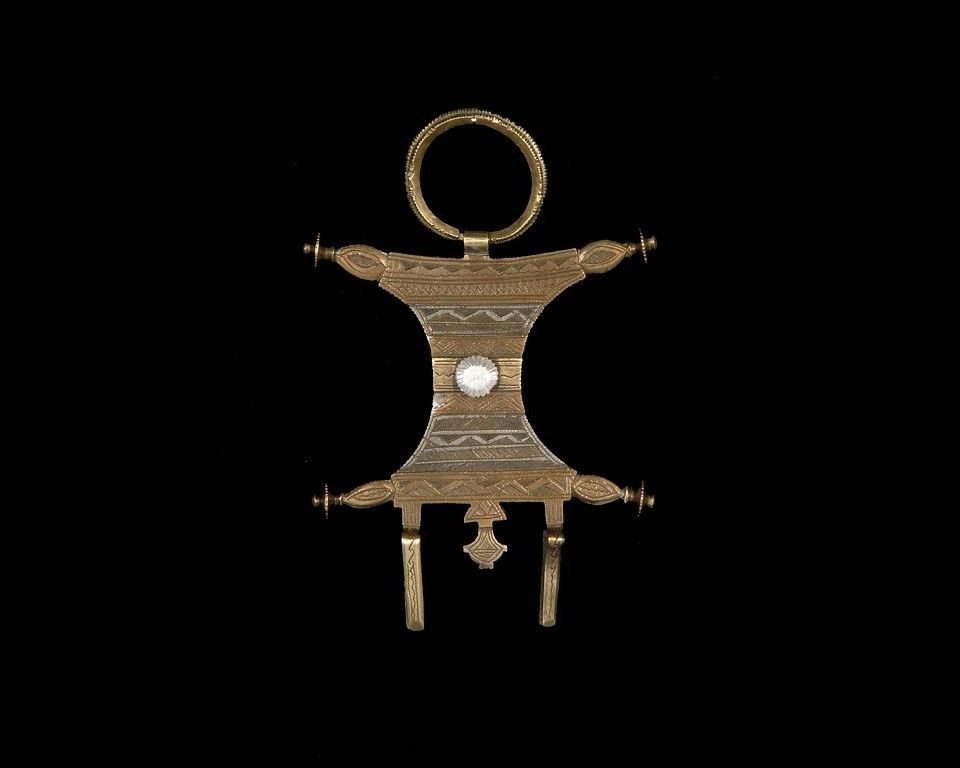 Ornament used to hold headdress Morocco 10,5 x 15 x 1,5 cm ; 80 g Each rectanglar side with long concave, has raised ends, surmounted by a suspension ring. On the bottom, two small splinter welded...