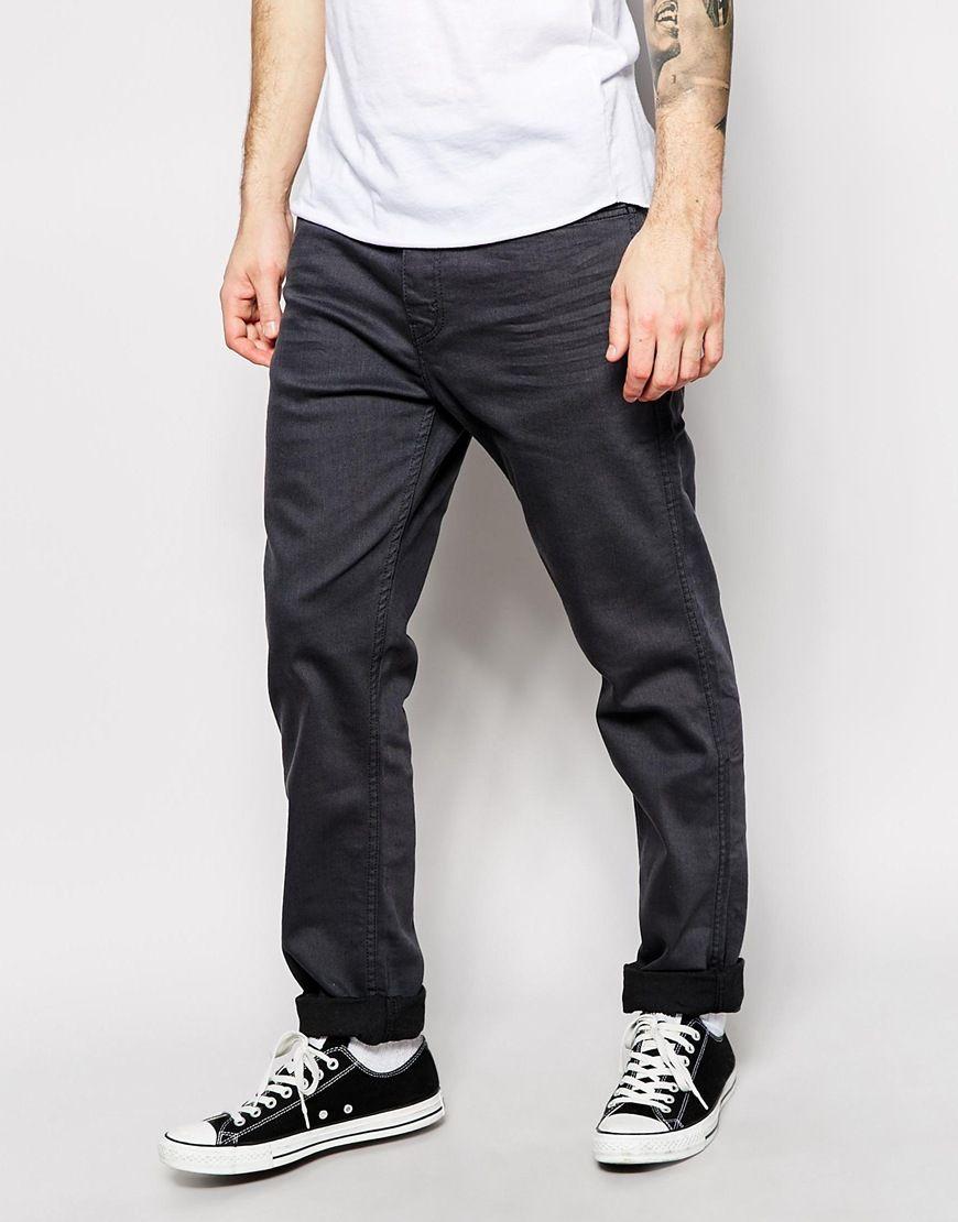 """Jeans von Levi's Aus der Line-8-Kollektion Denim mit hohem Baumwollanteil graue 3D-Waschung verdeckter Reiß- und Knopfverschluss sitzt lockerer an der Taille Fünf-Taschen-Stil gleichfarbige Nähte Karottenschnitt bis zum Oberschenkel Maschinenwäsche 91% Baumwolle, 7% Polyester, 2% Elastan Unser Modell trägt die Größe 32""""/81 cm (Normalgröße) und ist 6 Fuß 1 Zoll/185,5 cm groß"""