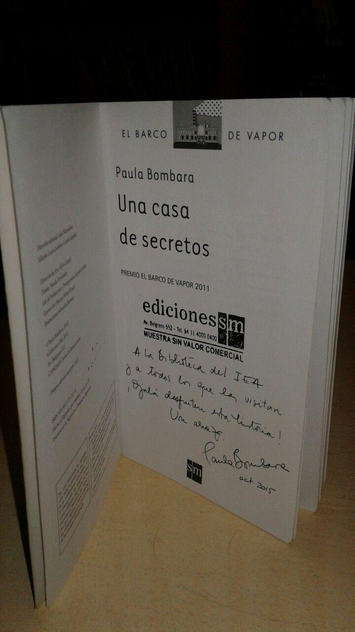 "Libro autografiado por Paula Bombara "" Una Casa de secretos ""La escritora visitó el IEA el 22 de oct. De 2015."
