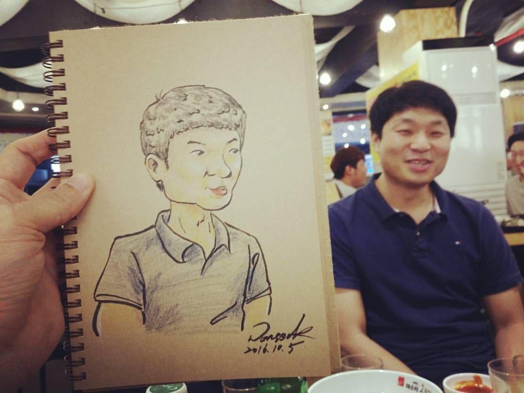 #그림그리는남자 #비정규직일러스트레이터 #그림스타그램🎨 #일러스타그램 #감성폭발 #일러스트 #아클 #캐리커쳐 #초상화 #TemporaryIllustrator #painting #illustration #ArtClub #caricature