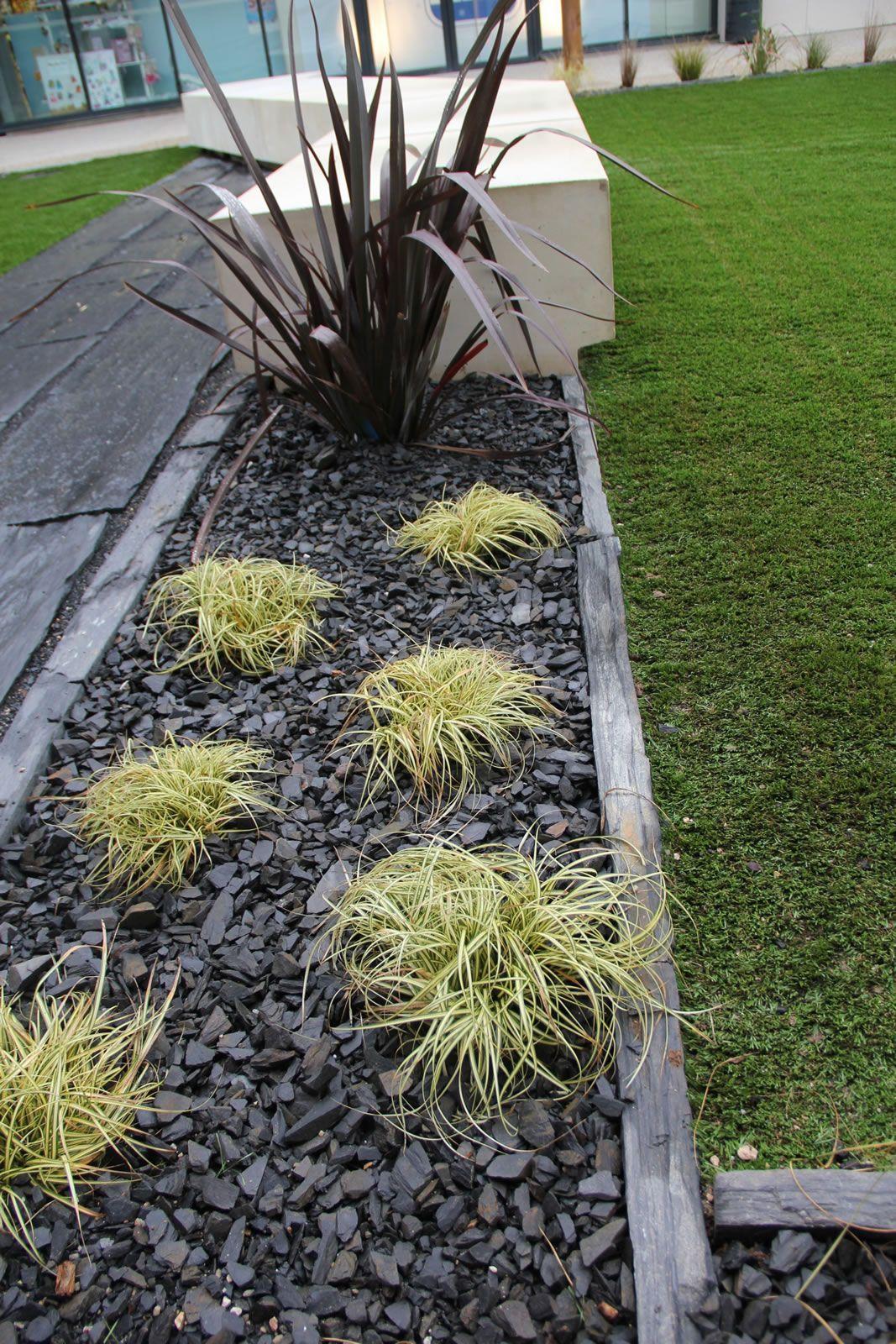 Installer Une Bordure En Piquets D Ardoise Et Planter Des Graminees Et Ou Des Carex Rouges Panaches Beetanlegen En 2020 Bordure Jardin Jardins Bordure Terrasse