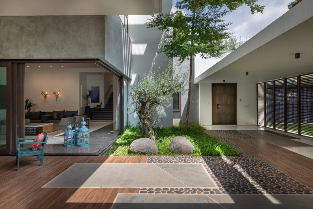 Gorgeous Modern Indian Villas With Courtyards In 2020 Courtyard Design Modern Courtyard Front Courtyard