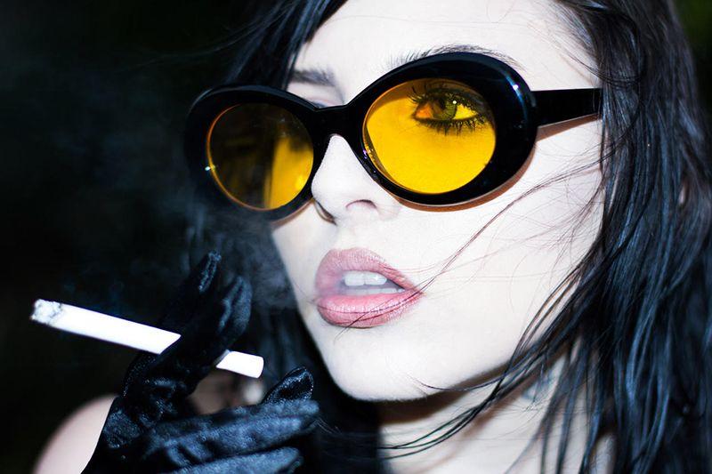 Девушки в очках курят