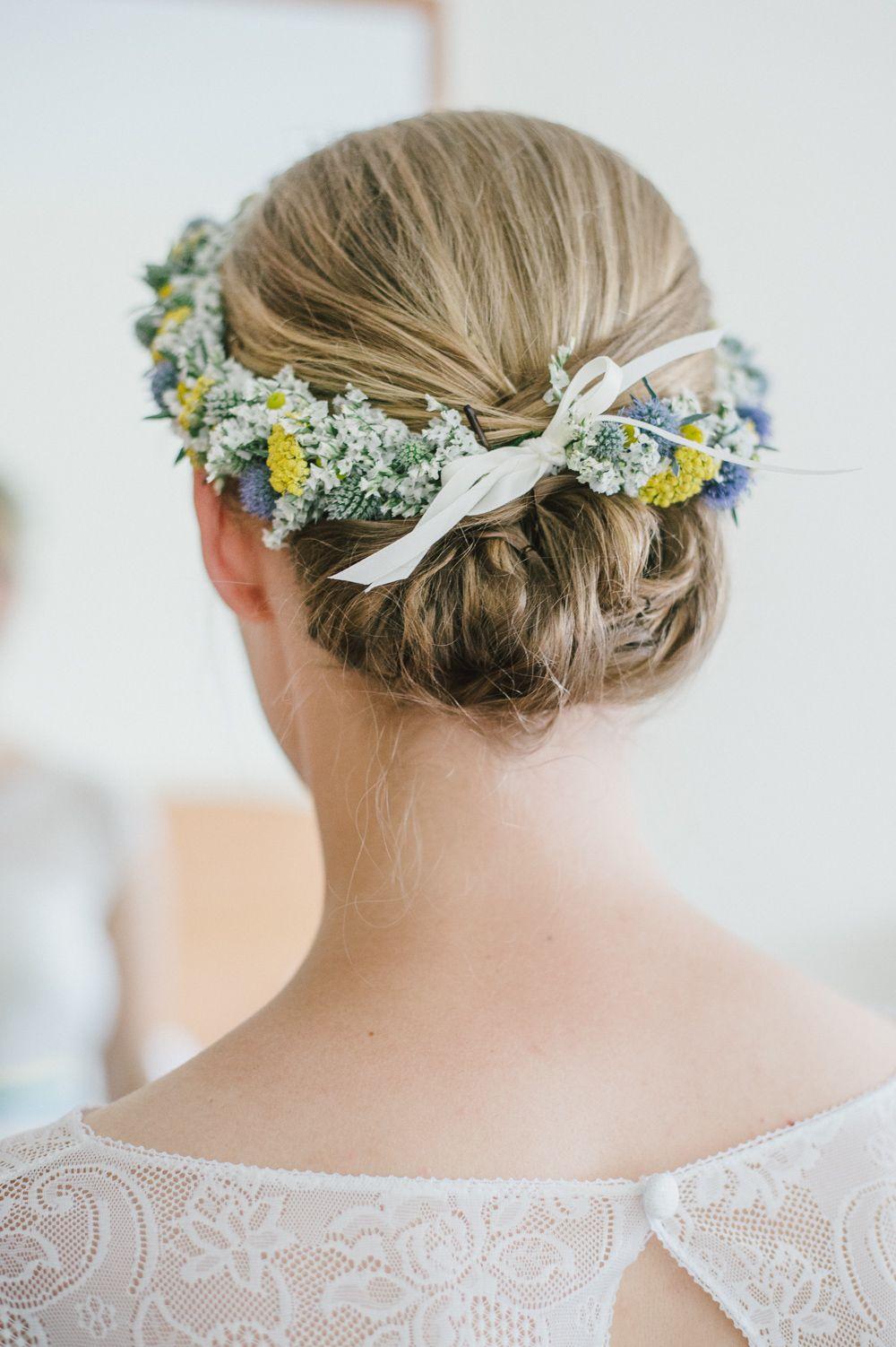 #brautfrisur #haare Rustikale Hochzeit in gelb und türkis mit VW Käfer   Hochzeitsblog The Little Wedding Corner