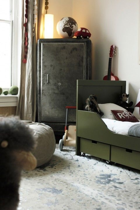 cool kids room with metal wardrobe and dark green bed  Colles Kinderzimmer mit Kleiderschrank aus Metall (Metallschrank) und dunkelgrünem Bett