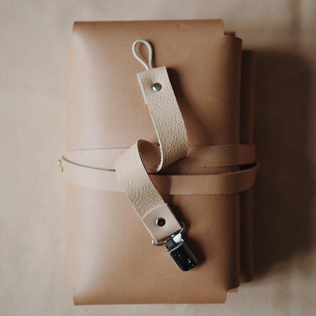 86112be911f Bleomslag og suttesnor i læder. Bleomslag, pusletaske, diaper bag,  stelleveske, lædertaske