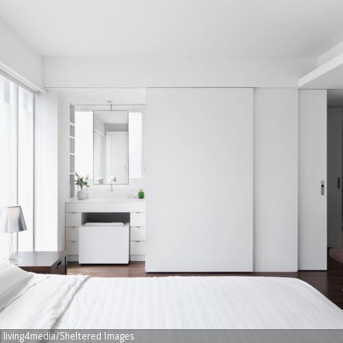 schiebet r auf voil zum vorschein kommt ein bad mit spiegel schminkablage und vielen. Black Bedroom Furniture Sets. Home Design Ideas