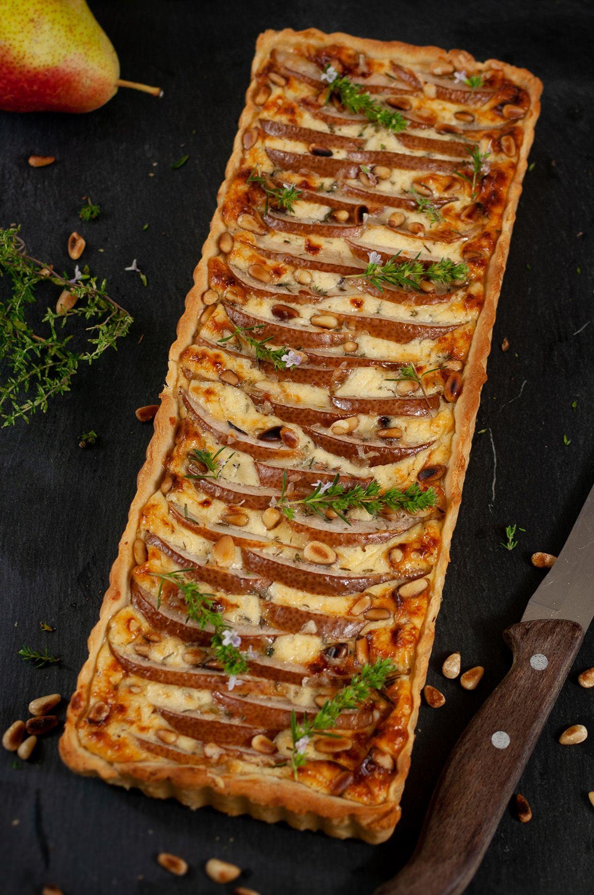 Käse-Birnen-Tarte mit Pinienkernen und Thymian - Eine kleine Prise Anna