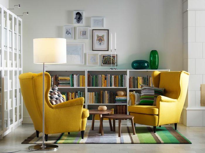 wohnzimmer einrichten gelbe sessel bücherregale gestreifter teppich - wohnzimmer ideen petrol