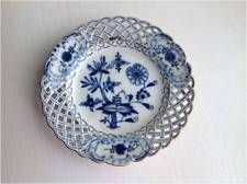 ANTIQUE MEISSEN BLUE ONION RETICULATED PLATE WITH GOLD DETAIL