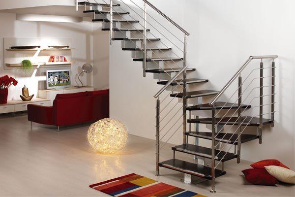 Escalera compensada con zanca central y barandillas de - Barandillas para escaleras interiores modernas ...