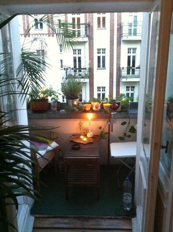 gem tlicher kleiner balkon mit holzm beln vielen pflanzen und kerzenlicht f r eine romantsiche. Black Bedroom Furniture Sets. Home Design Ideas