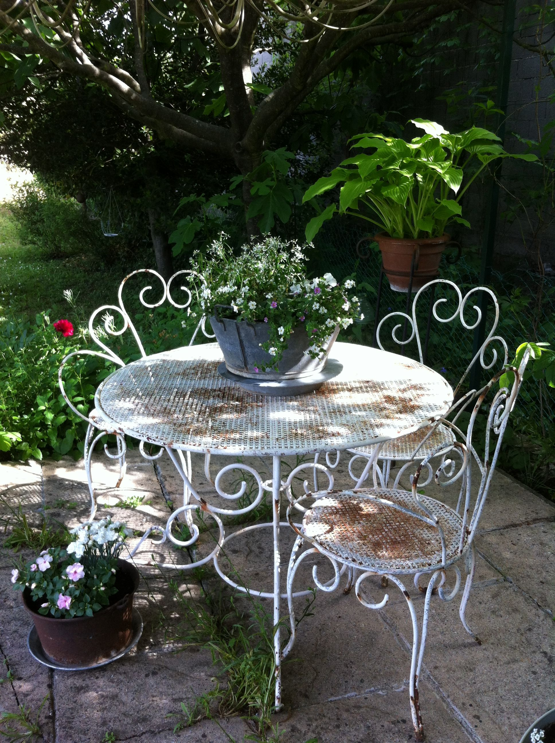 Terrasse ombragée en attendant un shabby déjeuner ! | Table ...