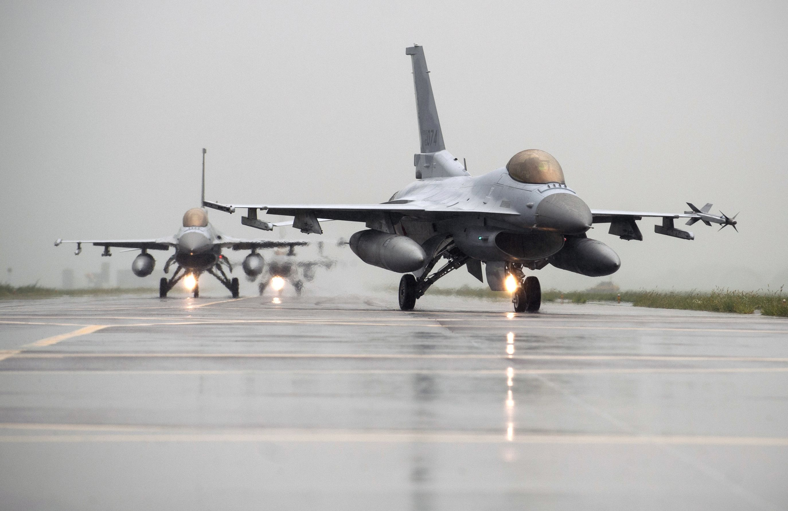 F 16 Fighting Falcons From Kunsan Air Base And South Korean Kf 16s Taxi To The Runway Together During Exercise Buddy Wing 14 8 At Seosan Air Base Republic F 16